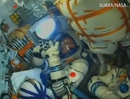 宇宙へ向かうソユーズ宇宙船内の金井宇宙飛行士