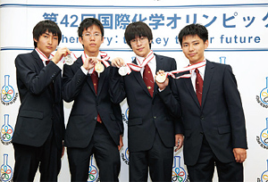Photo 2-5-7: The International Chemistry Olympiad Japan team whose all members won a medal.